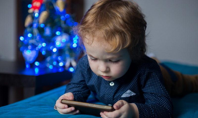 Το παιδί σου ζητάει κινητό; Πώς να το κάνεις ασφαλές