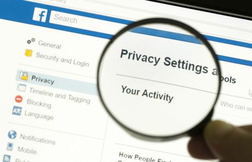 Τι ξέρουν για σένα στο Facebook; Πώς να τα διαγράψεις όλα