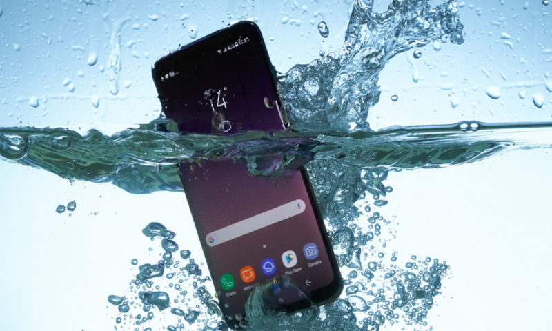 Σου έπεσε στο νερό το κινητό; Αυτός είναι ο σωστός τρόπος να το στεγνώσεις